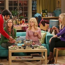 The Big Bang Theory: Kunal Nayyar, Mayim Bialik, Melissa Rauch e Kaley Cuoco nell'episodio The Contractual Obligation Implementation