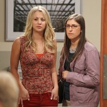 The Big Bang Theory: Mayim Bialik e Kaley Cuoco nell'episodio The Higgs Boson Observation