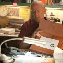 Fire with Fire: Bruce Willis tra le scartoffie di un'indagine in una scena del film
