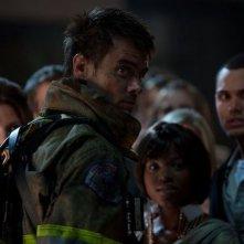 Fire with Fire: il pompiere Josh Duhamel in una scena del film d'azione diretto da David Barrett