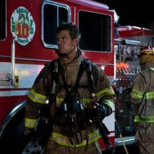 Fire with Fire: Josh Duhamel in una scena con l'uniforme da pompiere