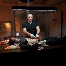 Fire with Fire: Julian McMahon cura le ferite di Arie Verveen in una scena del film