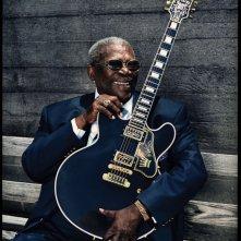 BB King: The Life of Riley, l'ottantasettenne B.B. King sorride con la sua chitarra in una scena del documentario