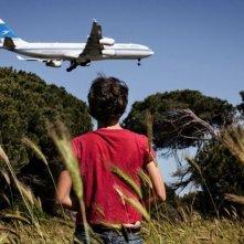 Miele: Jasmine Trinca (di spalle) osserva un aereo in volo in una scena del film