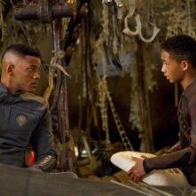 Will Smith insieme al figlio Jaden Smith in una scena del post apocalittico After Earth