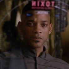 Will Smith nei panni di Cypher in una scena del post apocalittico After Earth