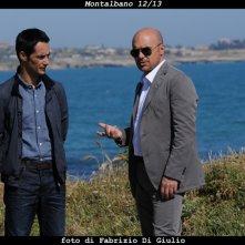 Il commissario Montalbano: Luca Zingaretti e Peppino Mazzotta nell'episodio Una voce di notte