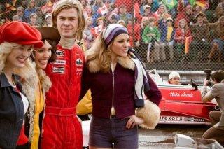 Rush: Chris Hemsworth circondato da belle ragazze sulla pista