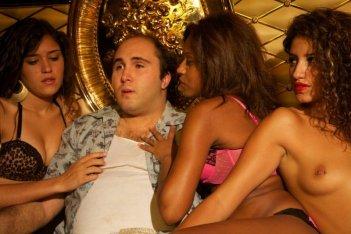 Torrente - Il braccio idiota della legge: Kiko Rivera in una sexy scena del film