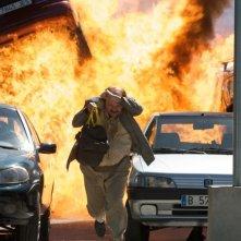 Torrente - Il braccio idiota della legge: Santiago Segura si mette in salvo da un'esplosione in una scena del film