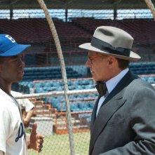 Chadwick Boseman con Harrison Ford nel film 42
