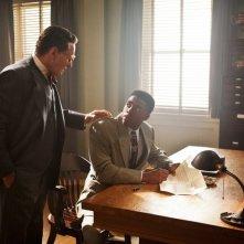 Chadwick Boseman in una foto di scena con Harrison Ford nel film 42