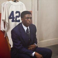 Chadwick Bosemannel film 42, accanto alla sua maglia sportiva