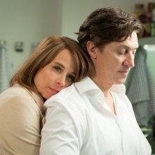 Katja Riemann abbraccia teneramente Tobias Moretti nel dramma tedesco Das Wochenende