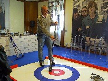 La mossa del pinguino: il regista del film Claudio Amendola in posa con la sua scopa da curling durante la conferenza stampa