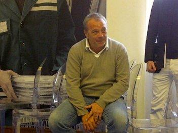 La mossa del pinguino: il regista del film Claudio Amendola sorride durante la conferenza stampa