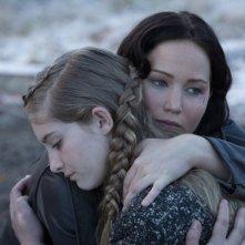 Hunger Games: la ragazza di fuoco, Jennifer Lawrence abbraccia Willow Shields in una scena