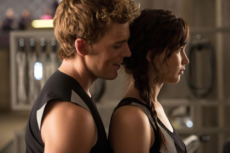 Hunger Games: la ragazza di fuoco, Jennifer Lawrence con Sam Claflin in una scena del film