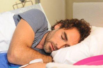 La finestra di Alice: Sergio Muñiz bello addormentato in una scena
