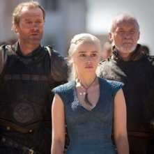 Il trono di spade Iain Glen, Emilia Clarke e Ian McElhinney in una scena di Walk of Punishment