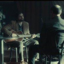 Inside Llewyn Davis: Oscar Isaac in una scena del film
