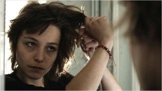Les Lendemains: Pauline Parigot si taglia i capelli in una sequenza del film.
