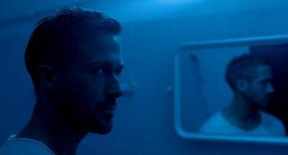 Ryan Gosling allo specchio in una'immagine di Only God Forgives