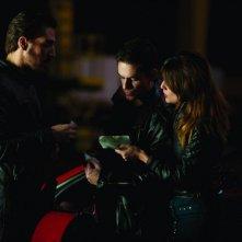 Adriana Ugarte con Alberto Ammann e Alex Gonzalez in una sequenza di Combustión