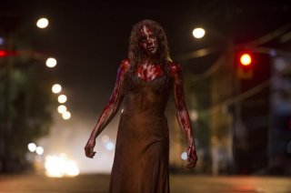 Carrie: Chloe Moretz vaga per le strade ricoperta di sangue