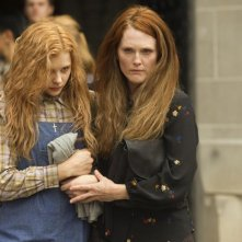 Carrie: Julianne Moore e Chloe Moretz in una drammatica sequenza