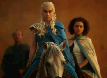 Il trono di spade: Emilia Clarke è la nobile Daenerys Targaryen nell'episodio And Now His Watch Is Ended