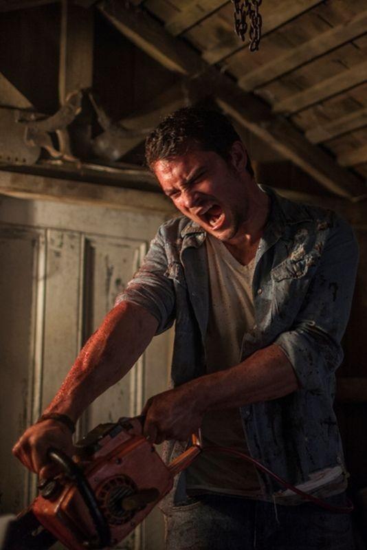 La Casa Shiloh Fernandez In Una Sanguinaria Scena Del Film Si Accanisce Con Una Motosega Sul Demone 272668