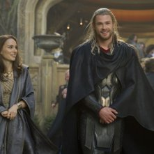 Thor: The Dark World, Chris Hemsworth e Natalie Portman sorridenti sul set del film
