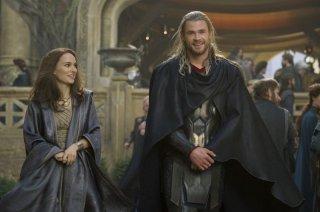 Thor: The Dark World, Chris Hemsworth e Natalie Portman sorridenti sul set del film