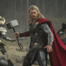 Thor: The Dark World, Chris Hemsworth in azione con il suo martello