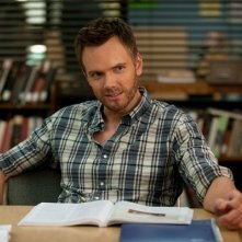 Community: Joel McHale nell'episodio Herstory of Dance