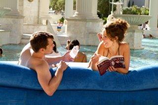 Joshua Jackson e Rebecca Hall in una scena di Una ragazza a Las Vegas