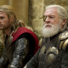 Thor: The Dark World, Chris Hemsworth e Anthony Hopkins in una scena del film