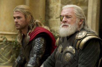 Thor: The Dark World, Chris Hemsworth e Anthony Hopkins in una scena del film