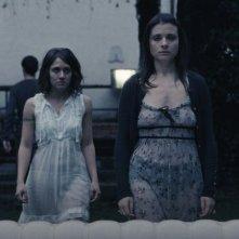 Esterno sera: Ilaria Delli Paoli e Valentina Acca in una scena