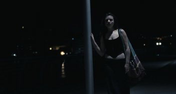 Esterno sera: Valentina Acca in una scena