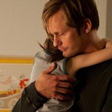 Alexander Skarsgard abbraccia la piccola Onata Aprile in Quel che sapeva Maisie