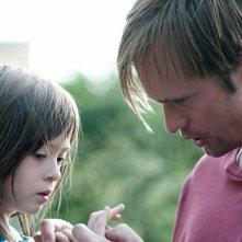 Alexander Skarsgard con la piccola Onata Aprile in una scena di Quel che sapeva Maisie
