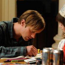 Alexander Skarsgard e la piccola Onata Aprile in Quel che sapeva Maisie nei panni di Maisie e Lincoln