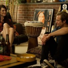 Julianne Moore e Alexander Skarsgard in Quel che sapeva Maisie interpretano Susanna e Lincoln