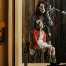 Julianne Moore insieme a Onata Aprile in una scena di Quel che sapeva Maisie