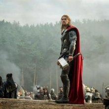Thor: The Dark World - Chris Hemsworth guarda il cielo brandendo il suo martello