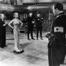 Vogliamo vivere!: Joseph Tura (di spalle) con Carole Lombard in una scena