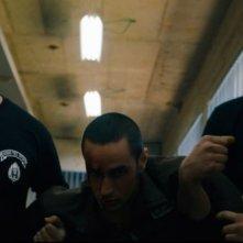 Omar: il protagonista Adam Bakri maltrattato e trascinato via in una scena del film
