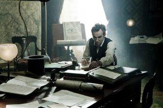 Daniel Day-Lewis nei panni di Lincoln alla scrivania